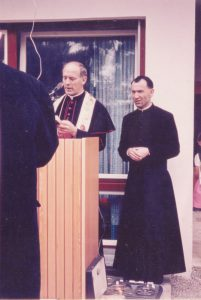 Bischof Heinrich Foren und Pfarrer Anton Messner bei der Segnung des Kindergartens am 03. Mai 2017